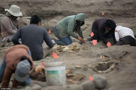 Bi thảm 56 hài cốt trẻ em trong nghĩa trang hiến tế - Ảnh 3.