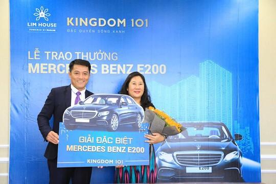 Trao Mercedes cho khách hàng may mắn đặt chỗ Kingdom 101 - Ảnh 1.