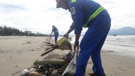 Đà Nẵng: Hơn 5km bờ biển Nguyễn Tất Thành bị rác thải bủa vây - Ảnh 4.