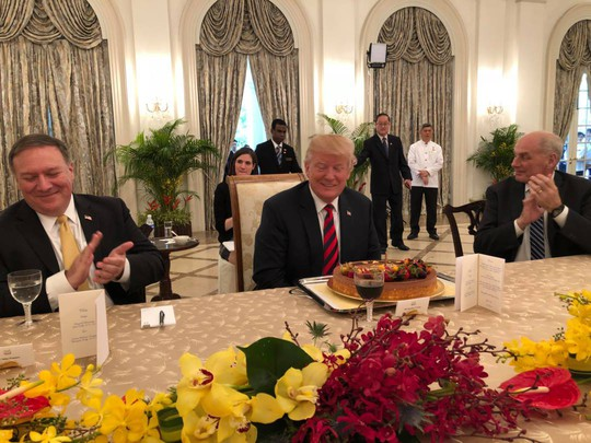 Chiếc bánh sinh nhật bất ngờ trên bàn Tổng thống Trump - Ảnh 1.