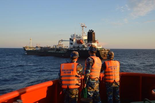 Cảnh sát biển phát hiện vụ buôn lậu 5 triệu lít dầu có người Trung Quốc tham gia - Ảnh 1.