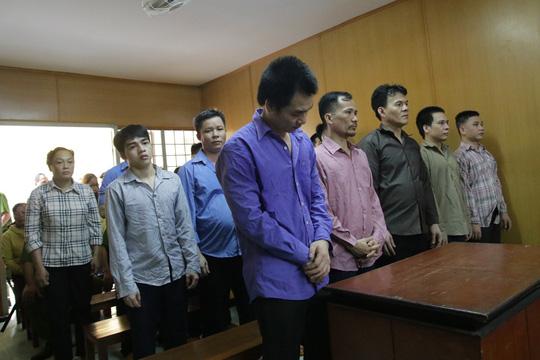 Bị hại không đến, nhóm bảo kê người bán dâm chuyển giới vẫn đi tù - Ảnh 2.