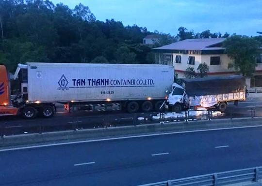 Tông vào xe container, phụ xe tải tử vong kẹt cứng trong cabin - Ảnh 1.