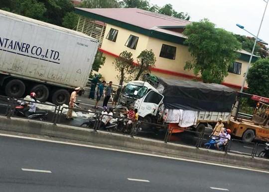 Tông vào xe container, phụ xe tải tử vong kẹt cứng trong cabin - Ảnh 2.