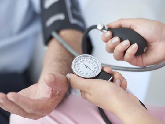 Huyết áp 130/80: nguy cơ mất trí sớm tăng gần gấp đôi - Ảnh 1.