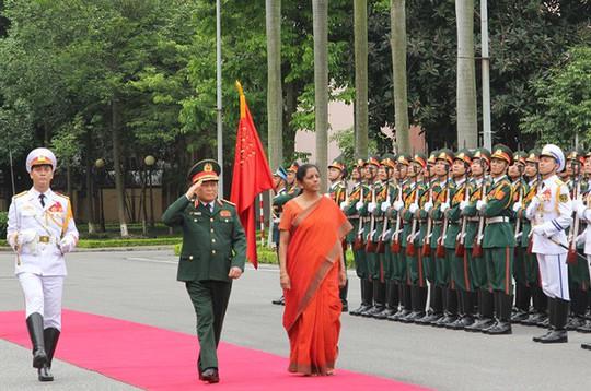 Nữ Bộ trưởng Quốc phòng Ấn Độ duyệt Đội Danh dự Quân đội nhân dân Việt Nam - Ảnh 1.