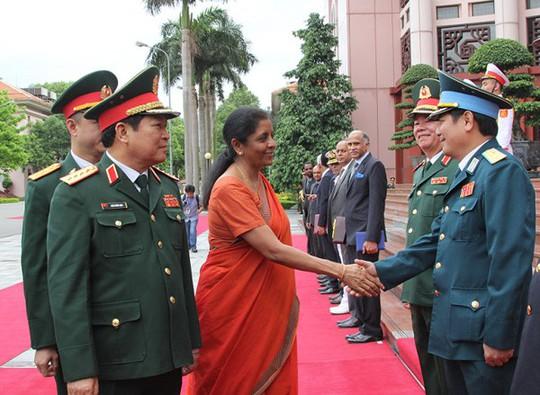 Nữ Bộ trưởng Quốc phòng Ấn Độ duyệt Đội Danh dự Quân đội nhân dân Việt Nam - Ảnh 2.