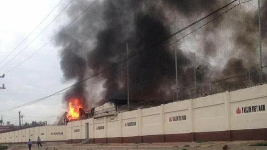 Cháy lớn thiêu rụi 20.000 m2 nhà xưởng trong khu công nghiệp - Ảnh 2.