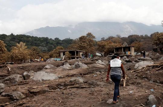 Guatemala: Một mình tìm 50 người thân bị núi lửa chôn vùi - Ảnh 2.