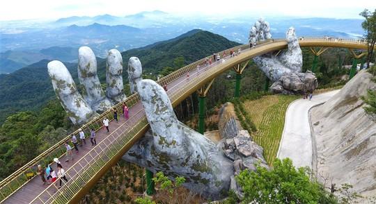 Đến Đà Nẵng sống ảo với cây cầu nằm trên bàn tay - Ảnh 1.