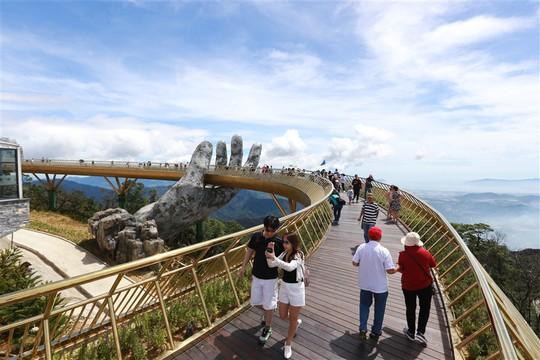 Đến Đà Nẵng sống ảo với cây cầu nằm trên bàn tay - Ảnh 2.