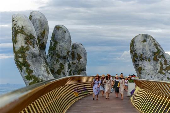 Đến Đà Nẵng sống ảo với cây cầu nằm trên bàn tay - Ảnh 5.