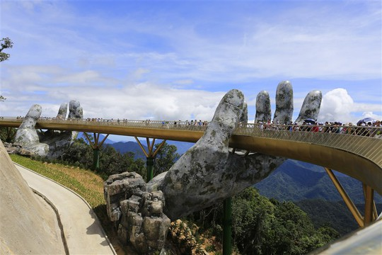 Đến Đà Nẵng sống ảo với cây cầu nằm trên bàn tay - Ảnh 7.