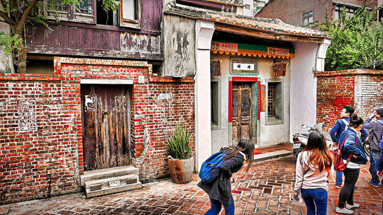 Khám phá làng cổ Lộc Cảng và ngõ Sờ Ngực ở Đài Loan - Ảnh 2.