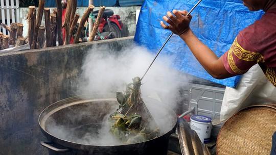 Lò bánh tro nửa thế kỷ ở Sài Gòn tất bật Tết Đoan Ngọ - Ảnh 12.