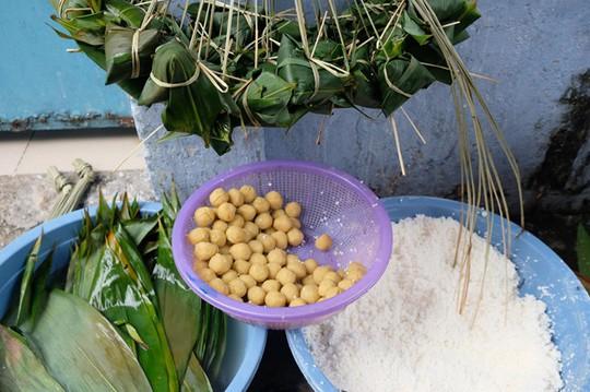 Lò bánh tro nửa thế kỷ ở Sài Gòn tất bật Tết Đoan Ngọ - Ảnh 5.