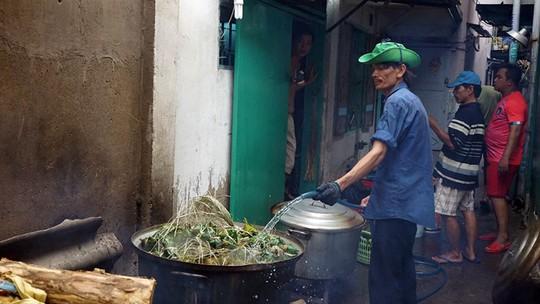 Lò bánh tro nửa thế kỷ ở Sài Gòn tất bật Tết Đoan Ngọ - Ảnh 9.