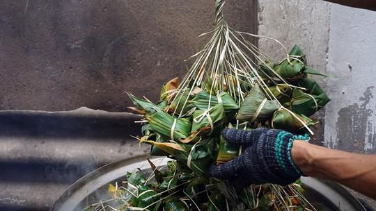 Lò bánh tro nửa thế kỷ ở Sài Gòn tất bật Tết Đoan Ngọ - Ảnh 10.
