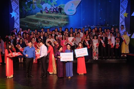 Quỹ Học bổng Vừ A Dính được tặng hơn 54 tỉ đồng - Ảnh 1.