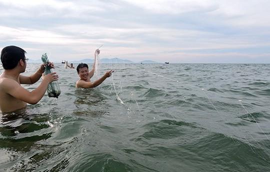 Quá sướng thấy ghẹ dính đầy lưới ngư dân ngay sát bờ biển Hội An - Ảnh 1.