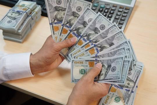 Vàng, USD đồng loạt tăng giá - Ảnh 1.