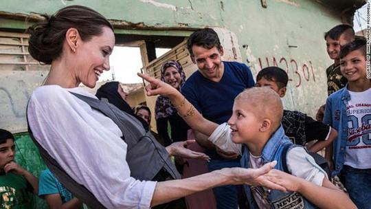 Angelina Jolie giữa ồn ào tranh chấp nuôi con với Brad Pitt - Ảnh 2.