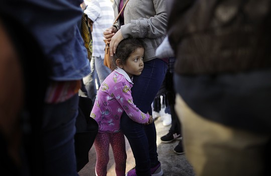 Nước Mỹ sục sôi vì trẻ em trong lồng sắt - Ảnh 2.