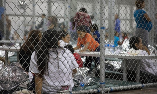 Nước Mỹ sục sôi vì trẻ em trong lồng sắt - Ảnh 1.