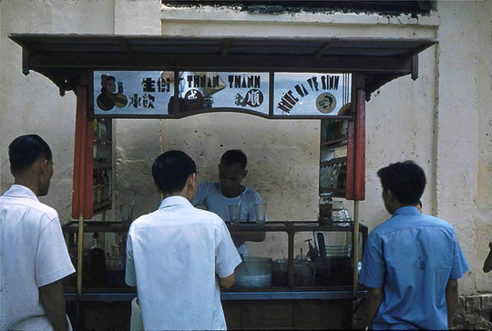Ảnh độc đáo về hàng quán giải khát trên vỉa hè Sài Gòn xưa - Ảnh 7.