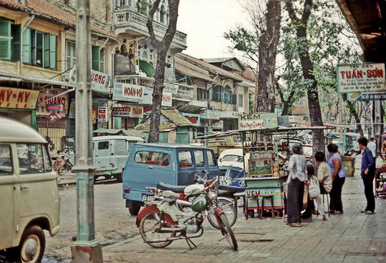 Ảnh độc đáo về hàng quán giải khát trên vỉa hè Sài Gòn xưa - Ảnh 2.