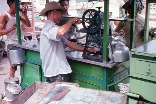 Ảnh độc đáo về hàng quán giải khát trên vỉa hè Sài Gòn xưa - Ảnh 9.
