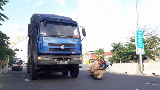 Va chạm với xe tải, hai mẹ con may mắn thoát chết trong gang tấc - Ảnh 1.