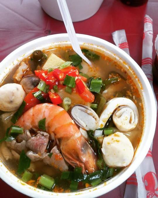 Khám phá 4 đặc khu ăn vặt hot nhất Sài Gòn - Ảnh 1.