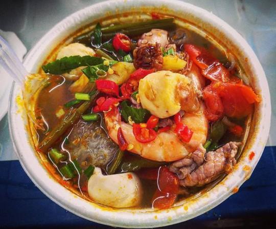 Khám phá 4 đặc khu ăn vặt hot nhất Sài Gòn - Ảnh 2.
