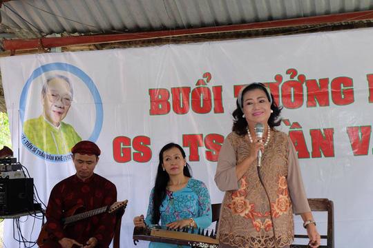 Kỳ nữ Kim Cương khóc thương GS-TS Trần Văn Khê - Ảnh 1.