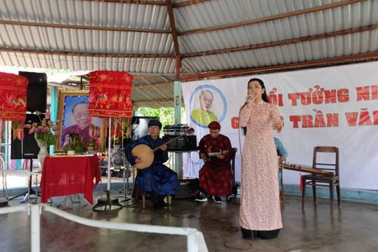 Ky nu Kim Cuong trong ngay gio thu 3  GS-TS Tran Van Khe tai Tien Giang