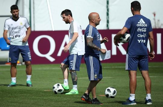 Mong Messi chân cứng đá mềm - Ảnh 1.
