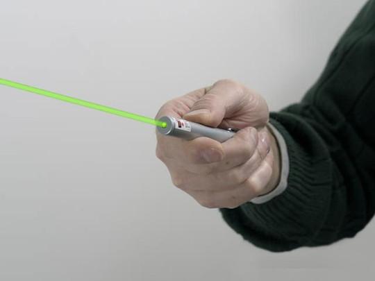Bé trai thủng mắt vì nhìn vào bút laser - Ảnh 2.