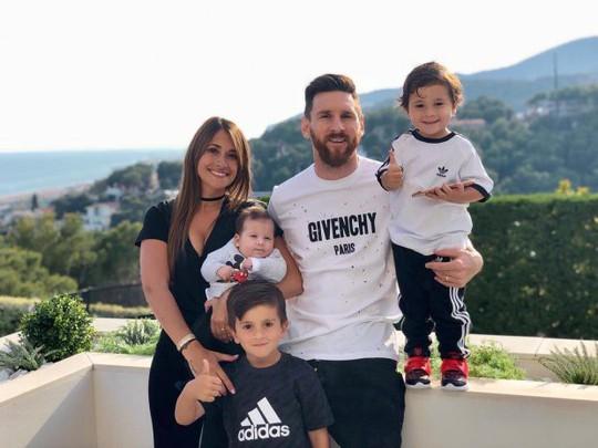 Cả thế giới quay lưng, Messi vẫn có vợ nóng bỏng bên cạnh - Ảnh 1.