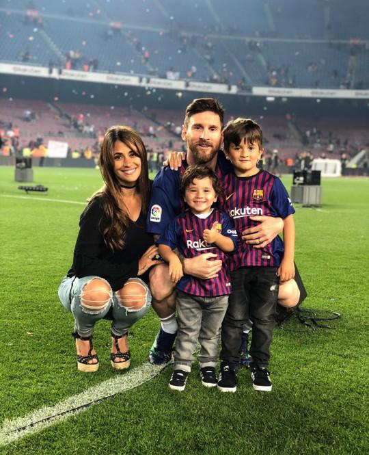 Cả thế giới quay lưng, Messi vẫn có vợ nóng bỏng bên cạnh - Ảnh 2.