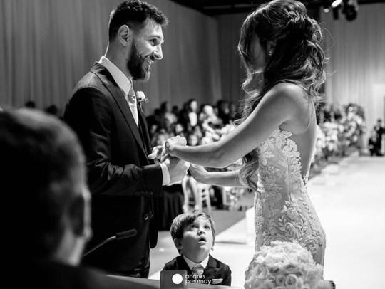 Cả thế giới quay lưng, Messi vẫn có vợ nóng bỏng bên cạnh - Ảnh 3.