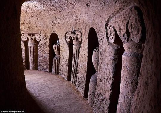 Khám phá hang động độc đáo sâu 20m dưới lòng đất - Ảnh 2.