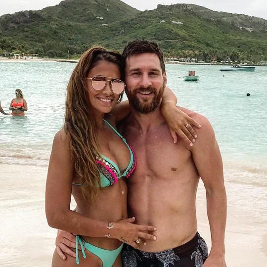 Cả thế giới quay lưng, Messi vẫn có vợ nóng bỏng bên cạnh - Ảnh 7.
