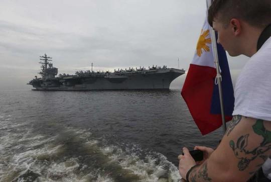 Siêu tàu sân bay Mỹ tới nơi Trung Quốc quân sự hóa các đảo nhân tạo - Ảnh 1.