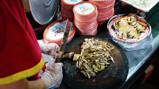 Quán cơm gà hơn nửa thế kỷ giữa lòng phố cổ Hội An - Ảnh 2.