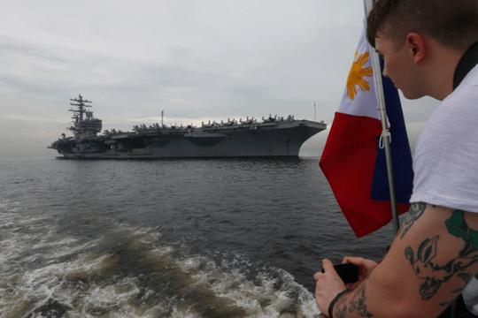 Cận cảnh siêu tàu sân bay Mỹ tuần tra biển Đông - Ảnh 2.