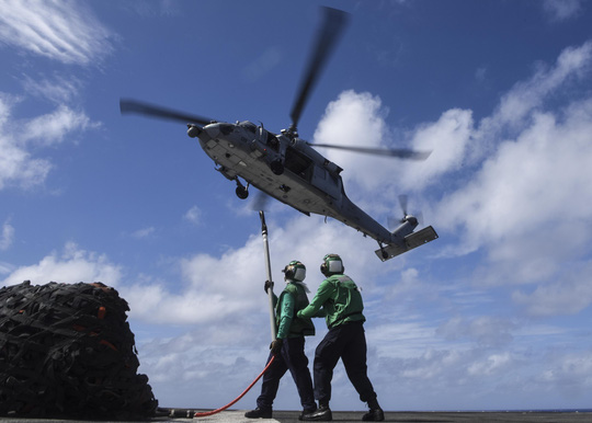 Cận cảnh siêu tàu sân bay Mỹ tuần tra biển Đông - Ảnh 13.