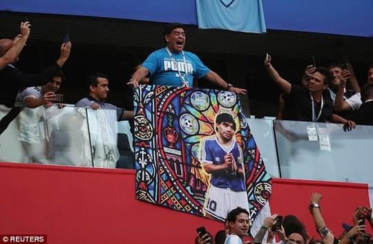 Maradona: Chửi thề, giơ ngón tay thối và… ngất xỉu trên sân - Ảnh 7.