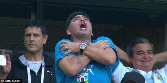 Maradona: Chửi thề, giơ ngón tay thối và… ngất xỉu trên sân - Ảnh 3.