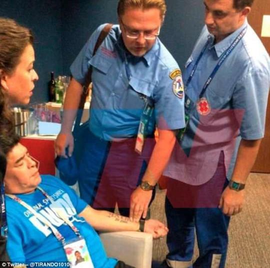 Maradona: Chửi thề, giơ ngón tay thối và… ngất xỉu trên sân - Ảnh 5.
